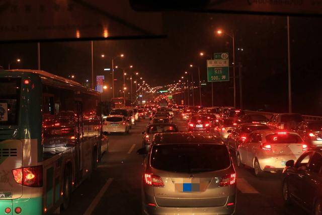明明没有发生交通事故,为什么在中国开车总是塞?