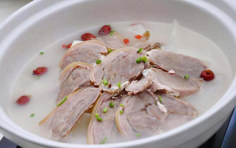 在家炖羊肉汤,这2样不能放!掌握5个技巧,汤鲜肉烂,奶白不膻