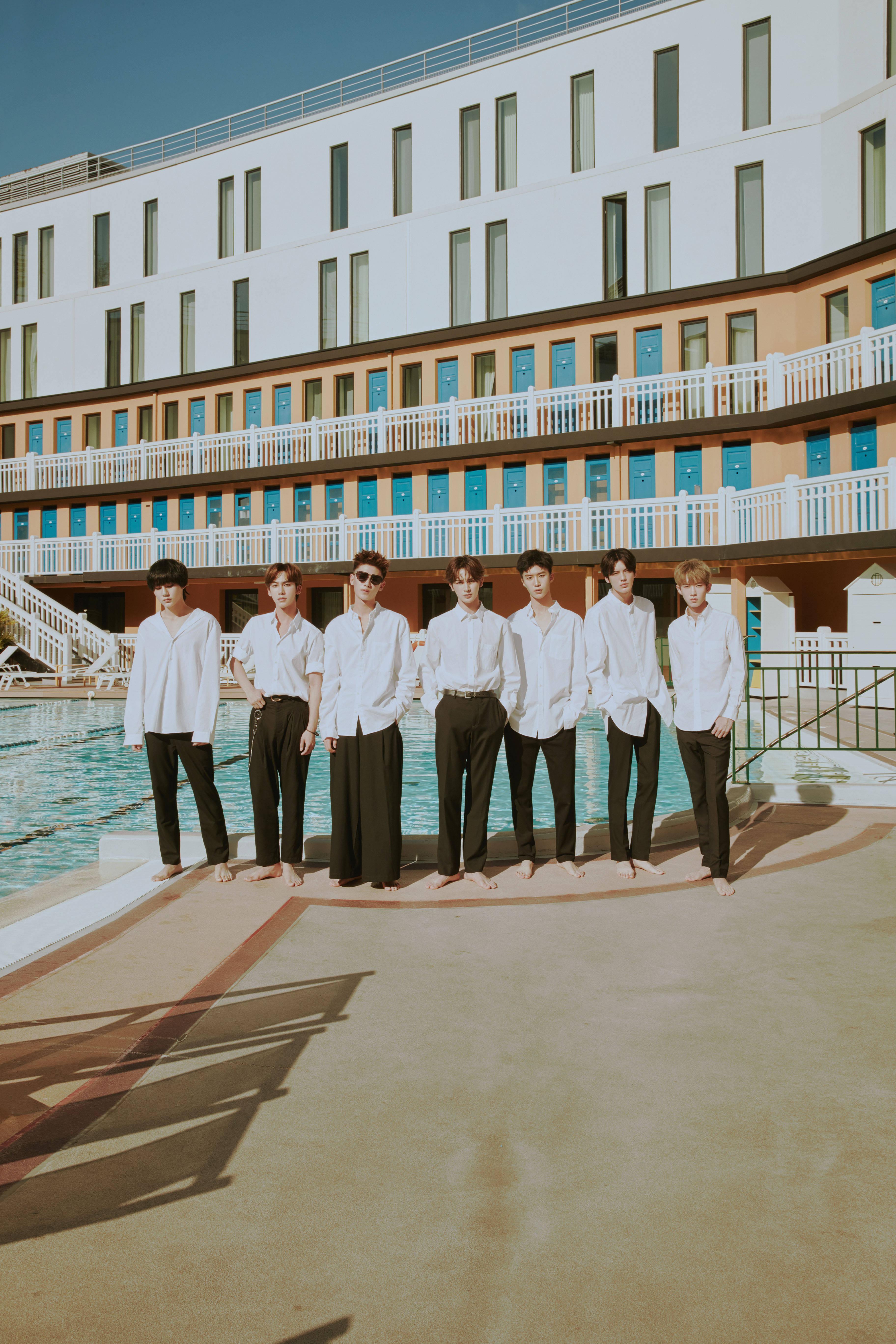乐华NEXT团体写真一直娱上线全体白衬衫造型散发青春气息