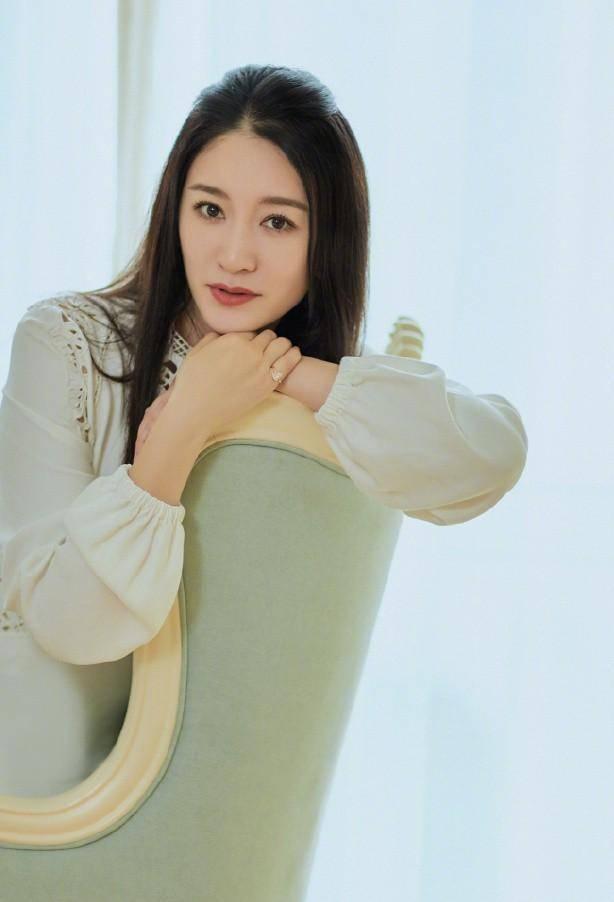"""李小冉才是""""成熟女人""""的典范,穿刺绣长裙清冷脱俗,披肩发超美"""