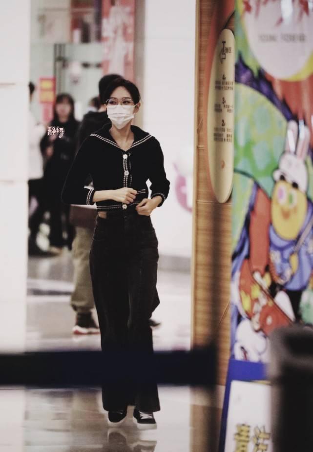原创             唐嫣太少女了!身穿黑色套装好身材瞩目,一点不像生过娃