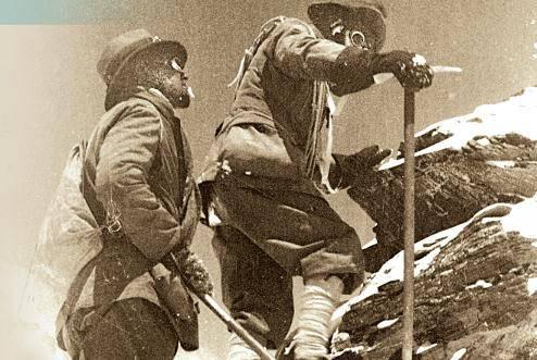 1922年的珠峰探险队率先使用了瓶装氧气。图中马洛里(左)和诺顿都戴着氧气面罩,他们与拍摄这张照片的萨默维尔一起创造了新的高度纪录。