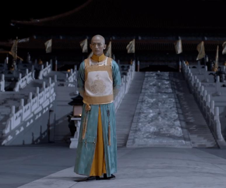 新《鹿鼎记》服装多劣质?韦小宝穿塑料渔网马甲,方怡一身现代装