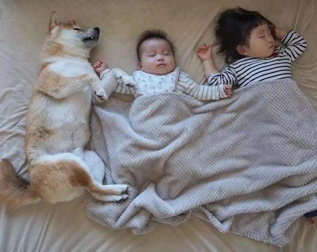 孩子睡觉喜欢翻来覆去,家长心累,医生:别大意,娃可能很难受