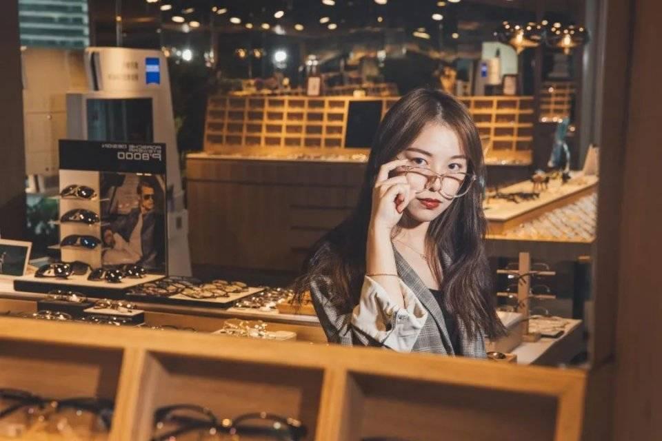 北京路高空眼镜店,get四字弟弟同款!