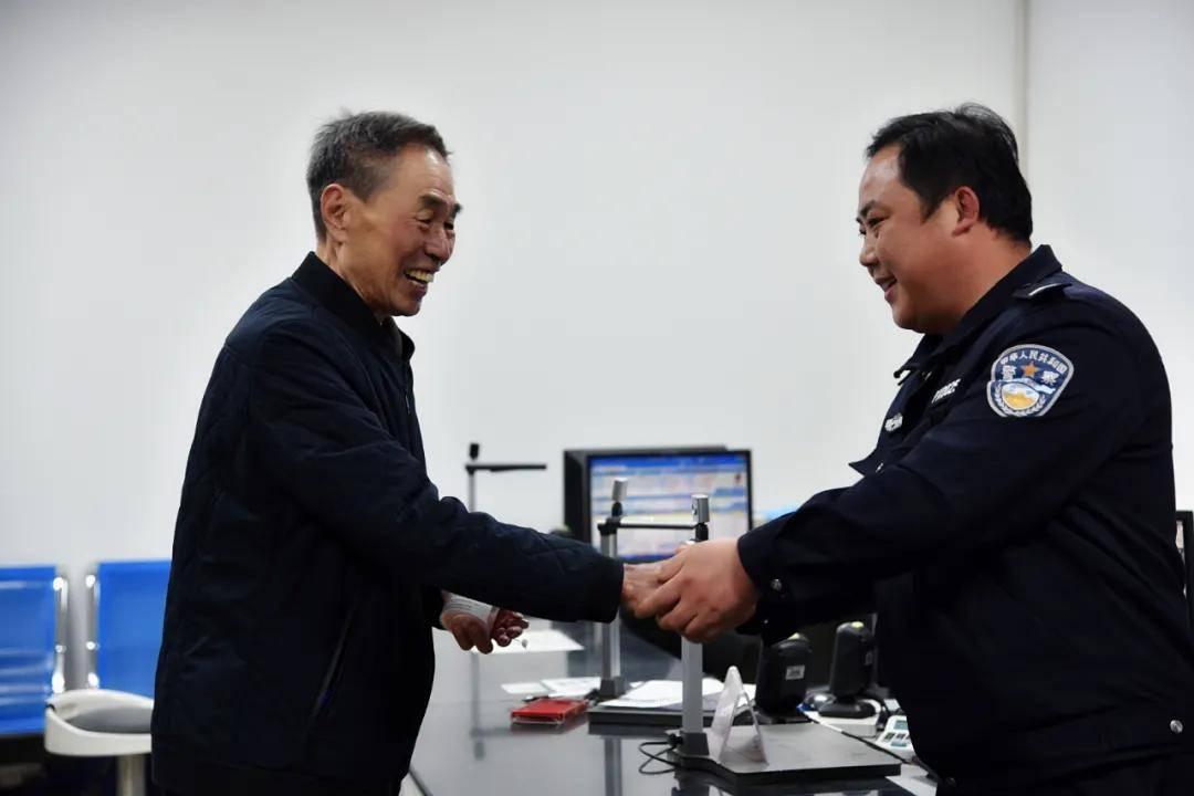 邢台平乡:老人遗落价值6380元助听器_交警完璧归赵受赞誉