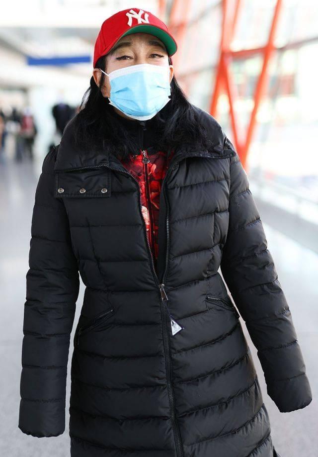 原创             刘晓庆终于承认自己老,两件羽绒服叠着穿,决定当个普通老人!
