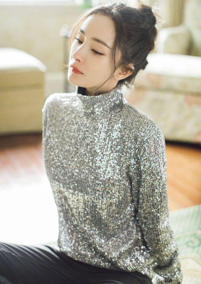 """杨幂新造型又火了!""""钻石口罩""""搭配高领针织衣,洋气少女好吸睛"""