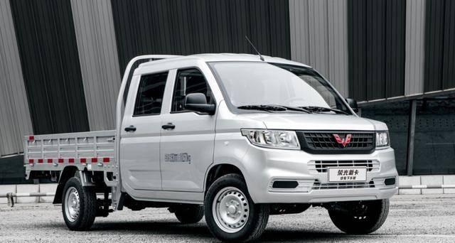 五菱为普通人造汽车。新车5米多长,提供两种动力,只卖了5万多