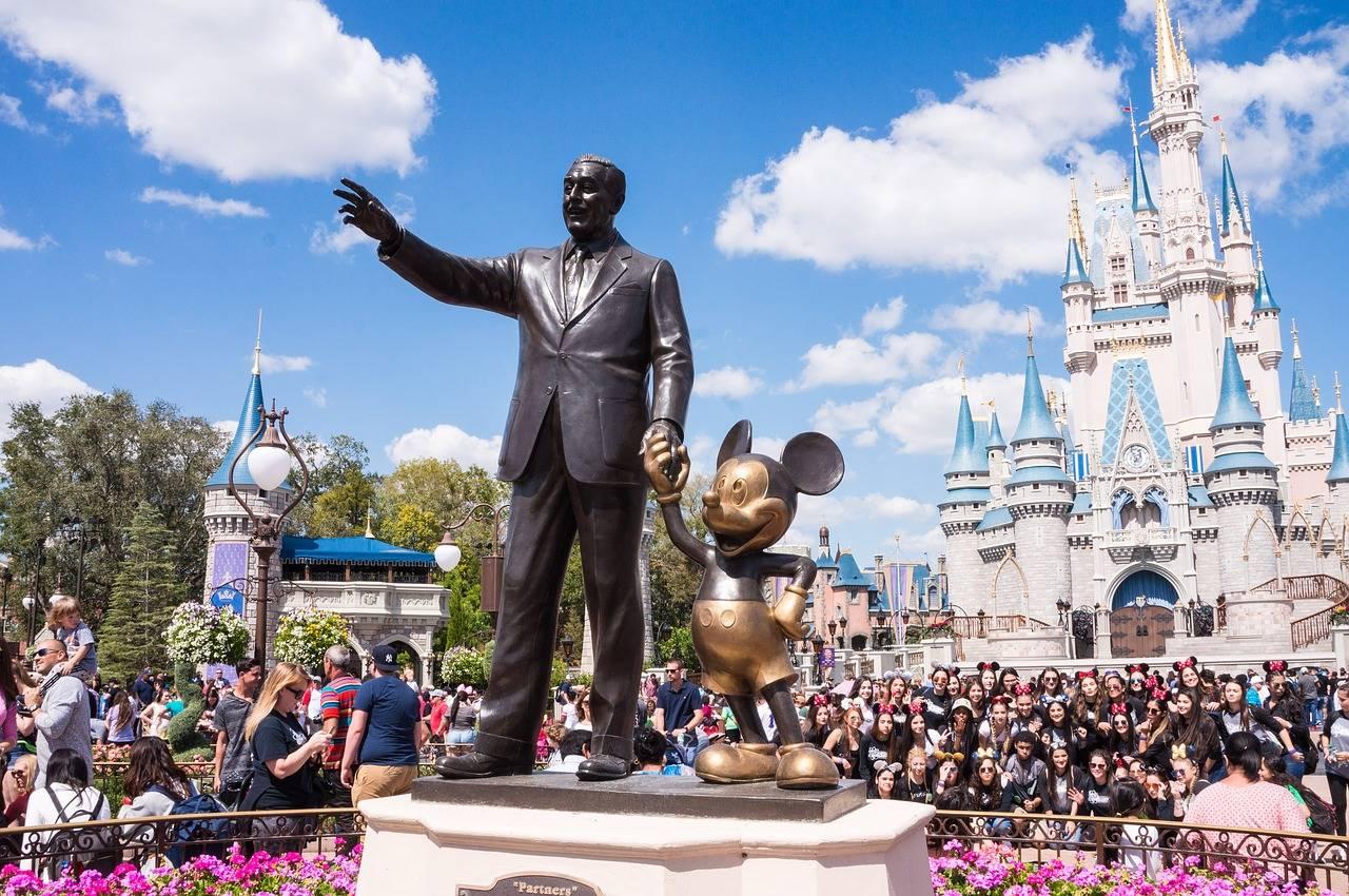 迪士尼巨亏180亿,裁员3.2万人,童话王