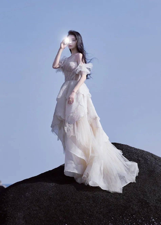 原创             林允穿鳞片裙露香肩美如公主!雪肤娇嫩魔鬼身材凹凸有致