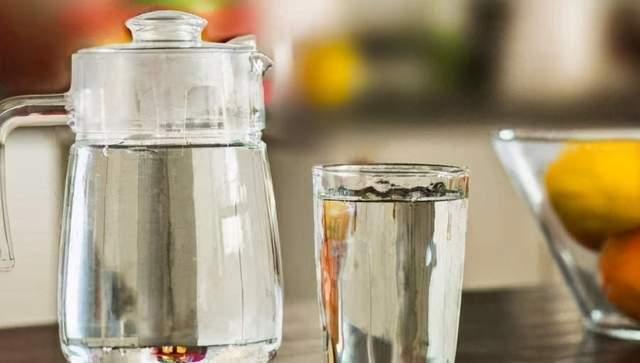 """长期喝隔夜的""""千滚水""""会致癌吗?专家:这2种水最好别喝"""