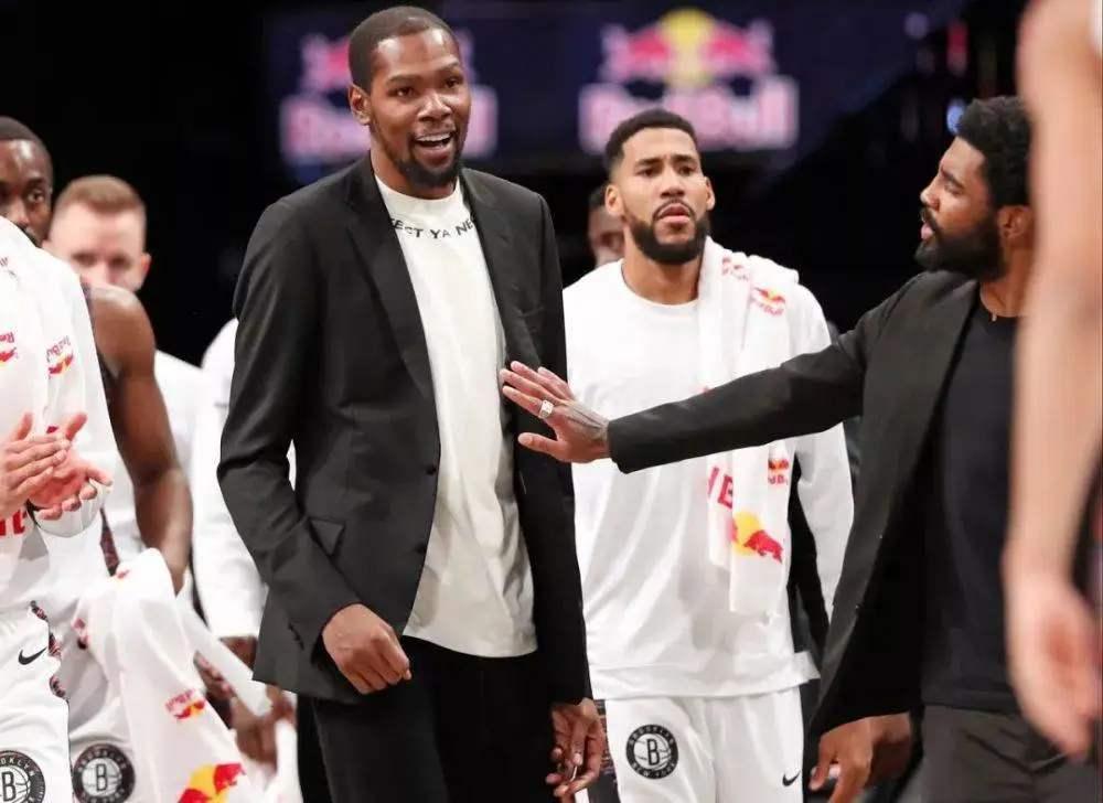 关于杜兰特的身高,外界有很多种说法,NBA官方挂号的是2.06米