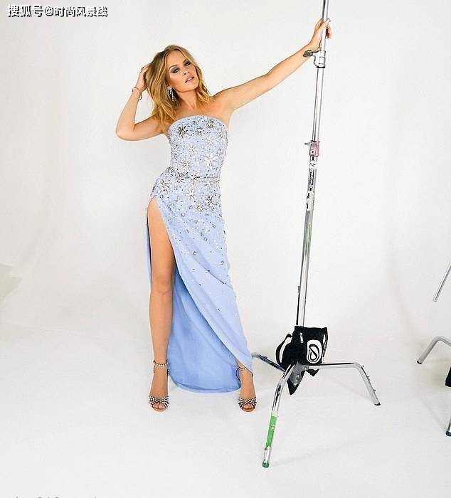 凯莉·米洛穿蓝色连衣裙拍摄圣诞特别节目