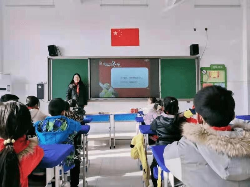 """鸭脖娱乐网_ 展开以""""情暖冬至""""为主题的班队会运动"""