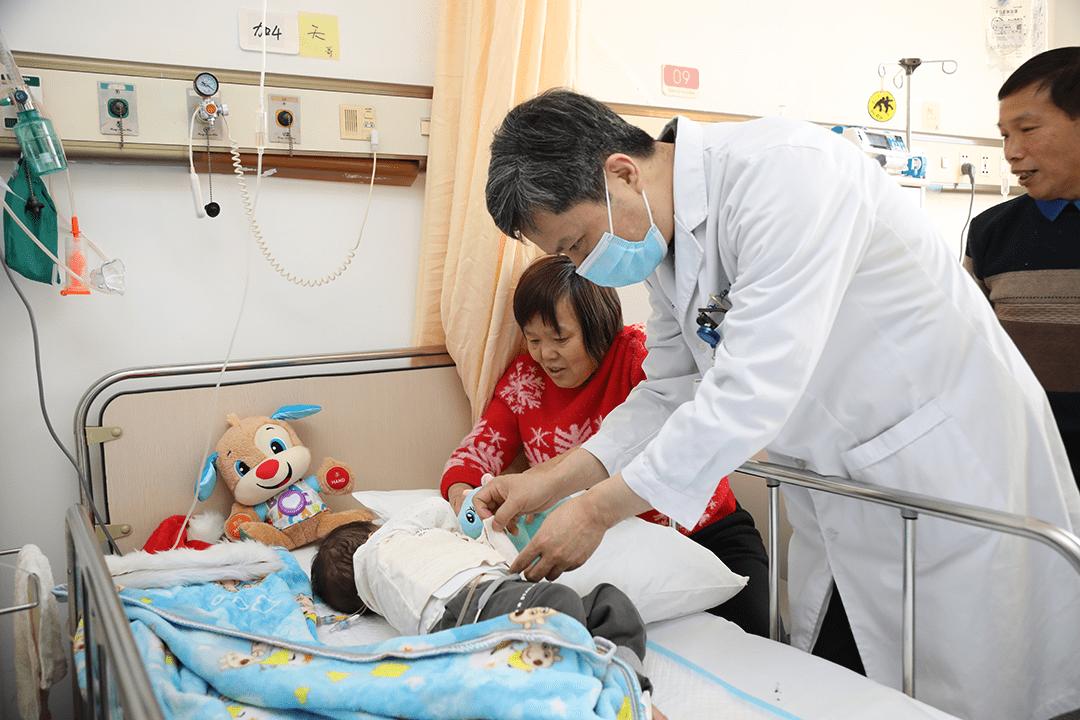 一肝救两命!仁济专家实施世界首例劈离式肝移植救治罕见病双胞胎