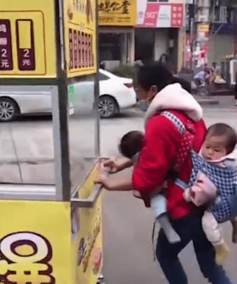 单亲妈妈带双胞胎摆摊
