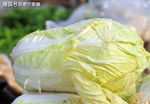买白菜的时候,绿色和白色哪个好?老菜农不小心说漏了嘴,不要再买错了