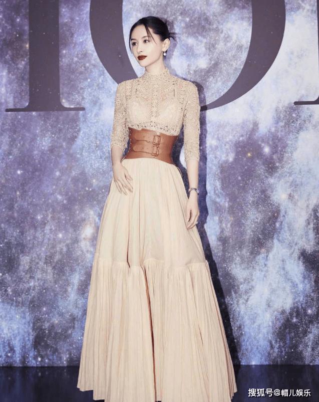 奥利维亚的造型很惊艳,带腰封的裸裙展现了完美的比例