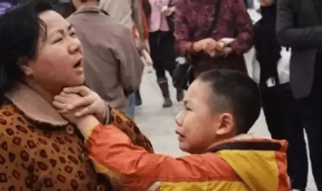 为争夺遗产,儿子捆绑88岁老母亲6小时,不懂感恩的孩子多可怕?