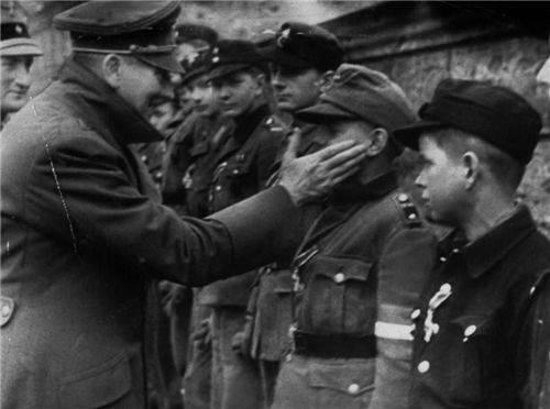 原来16岁的德军士兵被俘,哭成了经典。美军问他想怎么死。他哭着说了四个字