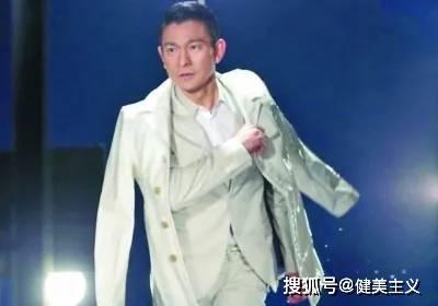 """60岁华仔挑战体能出圈,仅凭""""一条腿"""",就扛起了港片大旗!"""
