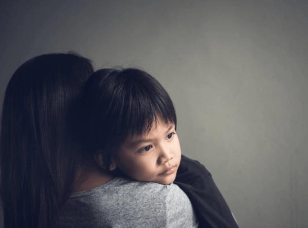 《温暖的抱抱》藏着心理效应:强迫性重复,或与娃6岁前经历有关