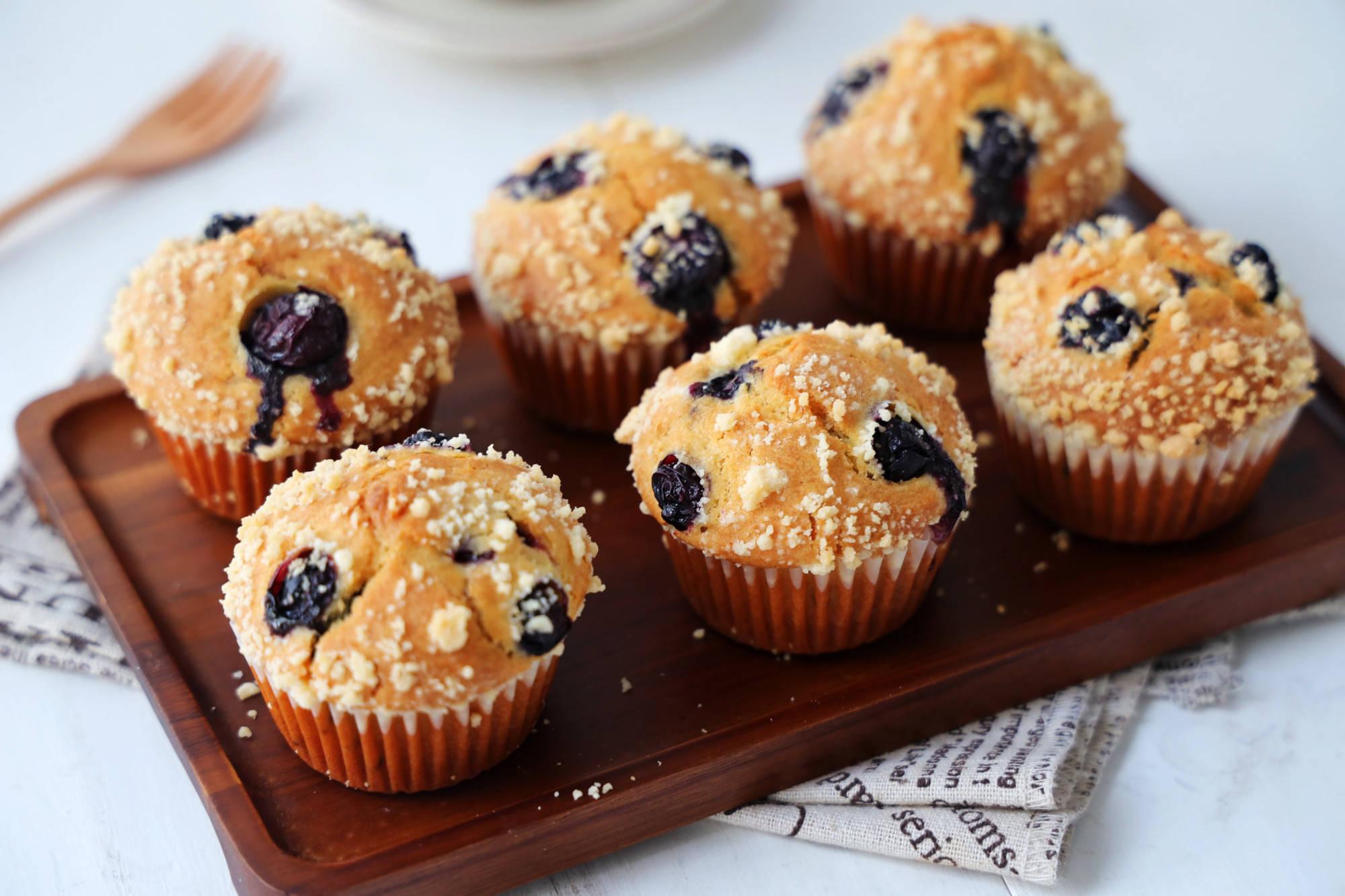 最初的两个鸡蛋,半碗面粉,一个可以简单混合的蛋糕,既可以作为早餐也可以作为甜点