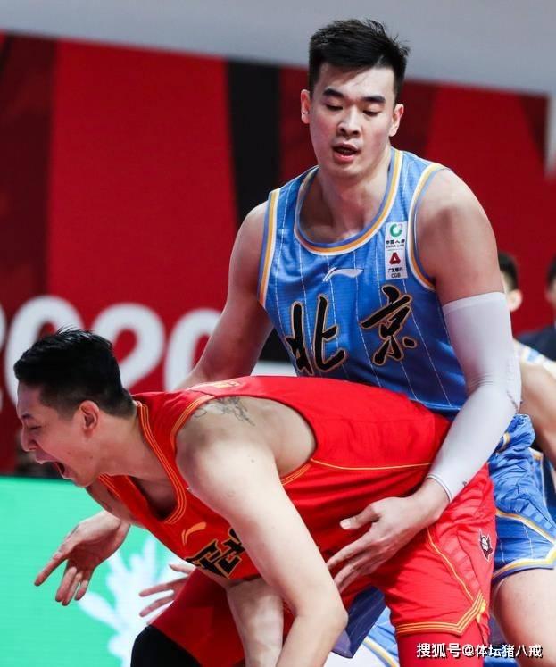 CBA耻辱一幕!主教练带头罢赛,北京队太过分了,刘晓宇垫脚外援
