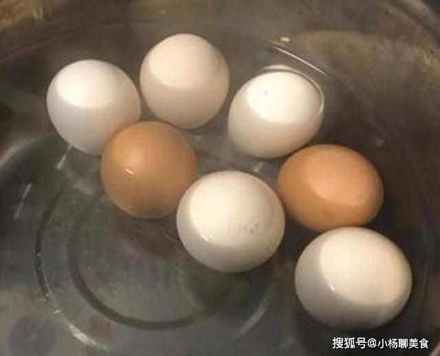 无论是蒸鸡蛋还是煮鸡蛋,下锅前多做一步,鸡蛋完整不破裂好剥壳