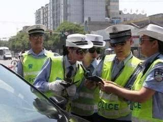 原来的亮窗动作被打开了,交警提醒:抓到就罚款,没人讨论