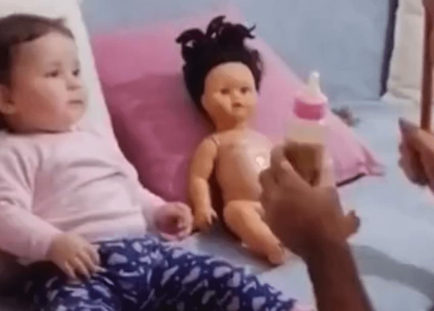 """萌娃不愿喝奶,亲爸通过教训布娃娃来""""恐吓""""娃火了,网友:绝了  第1张"""