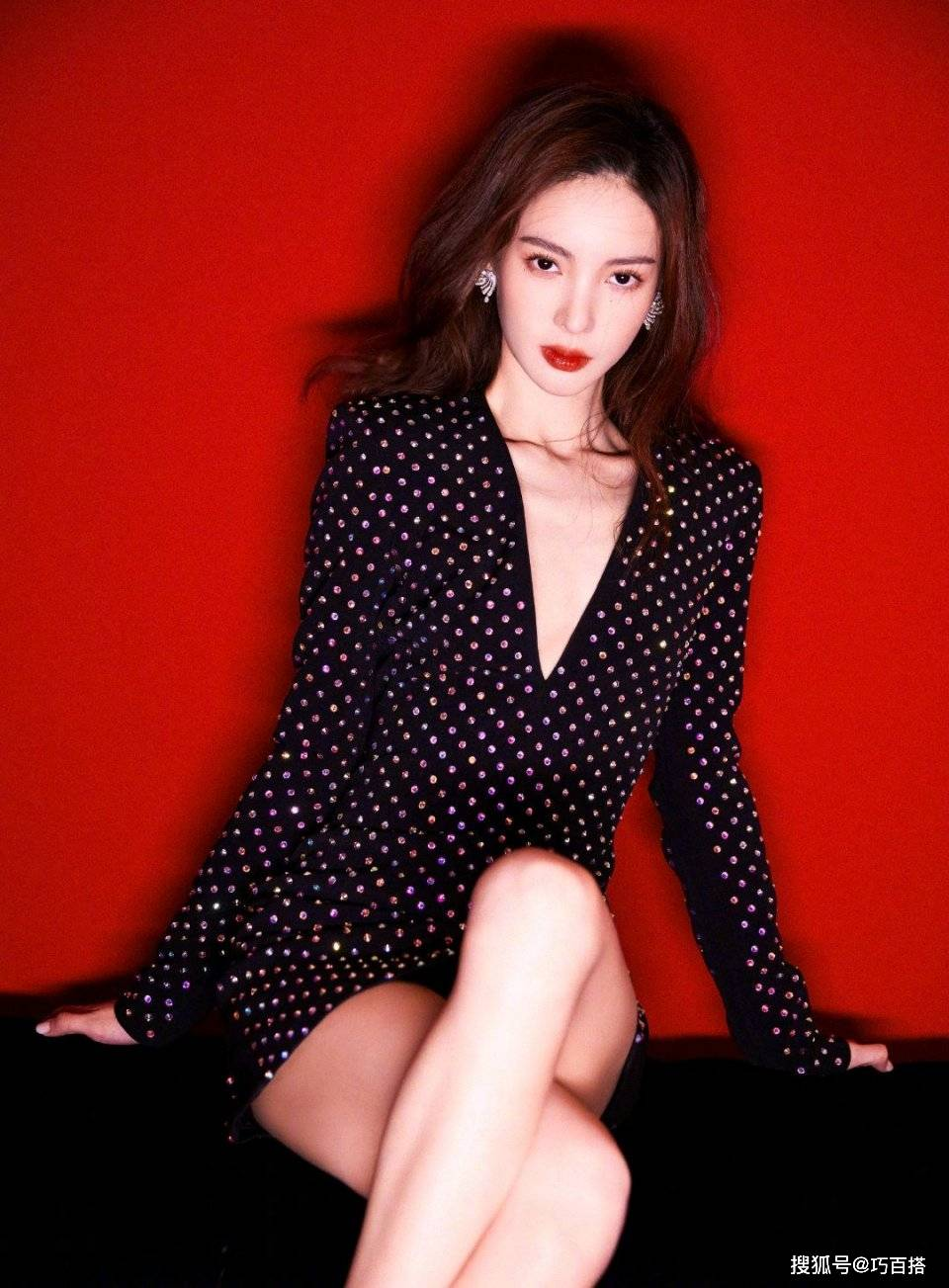 原创             金晨两套活动look都好绝,黑色礼裙尽显好身材,美得优雅还性感