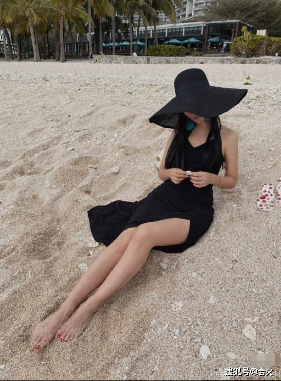 韩庚35岁老婆晒近照,穿开叉裙露到大腿根,叉腰动作暴露曲线