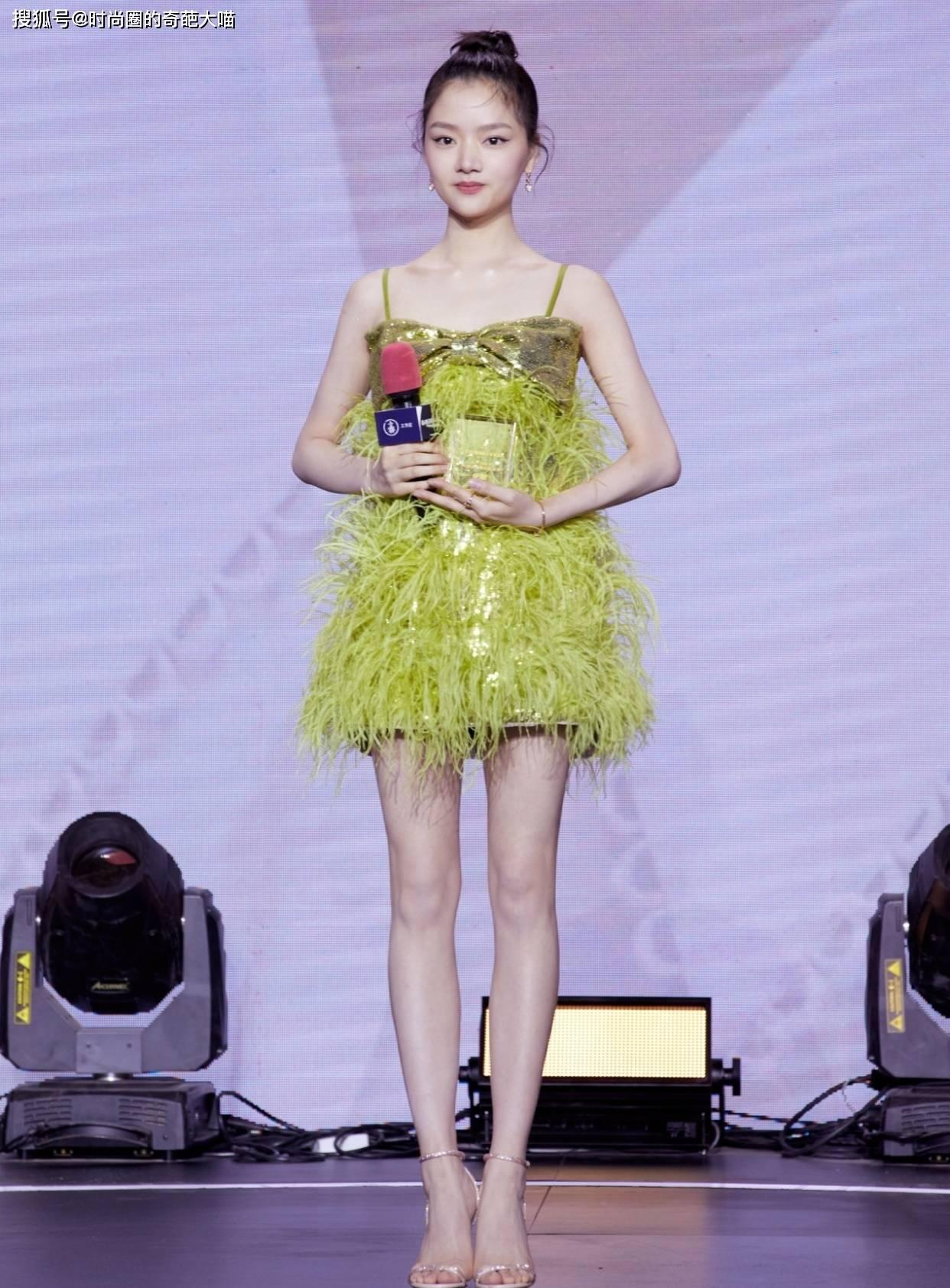 原创             杨幂骨子里散发美艳感,一个眼神就撩人,李沁墨绿长裙美出新高度