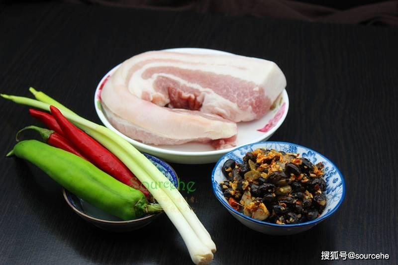 进入腊月,煮红烧肉时加2勺腊八豆,酱香浓郁味道悠长,下酒下饭