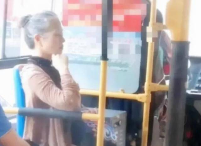"""公车上的阿姨,因像极""""章子怡""""火了,网友:妆容精致举止优雅"""