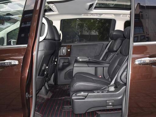 原航空座椅有双天窗,双面电动滑门。油耗只有5.8L,GL8也没关系
