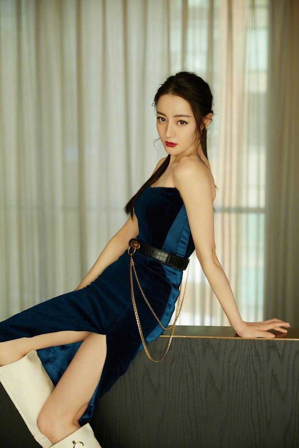 原创             迪丽热巴蓝丝绒开叉裙,抹胸设计展露绝美肩线,一颦一笑皆迷人