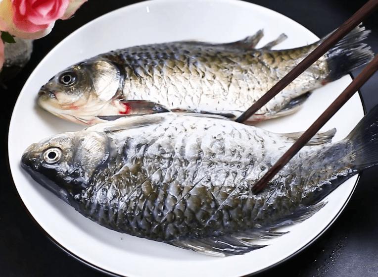 本来想不粘锅不破皮的炸鱼。我教你最简单的方法,真的实用可靠