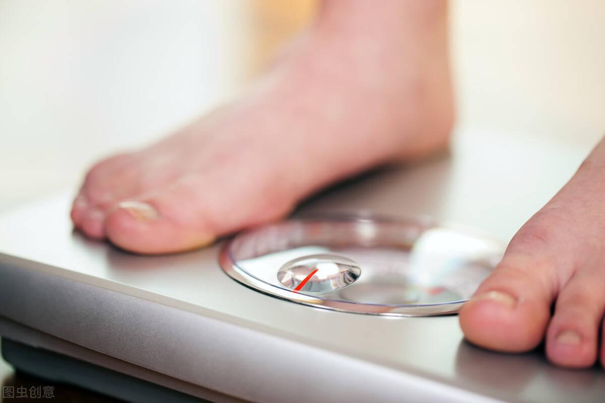 睡前做到这4件小事,促进身体燃脂,体重慢慢下降!