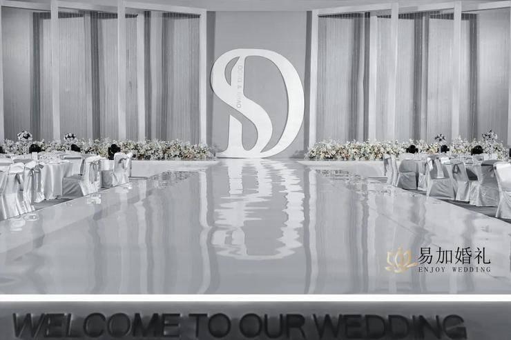 用高级灰和极简白,打造一场精致又有格调的秀场风婚礼