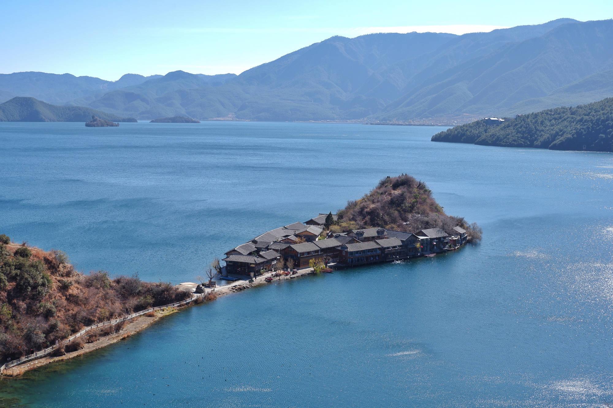 云南一座小岛,只有一条2米宽的路与陆地连接,住一晚要上千元