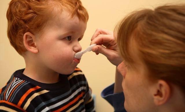 为了哄骗孩子吃药,妈妈办法用尽,也别有一番趣味!
