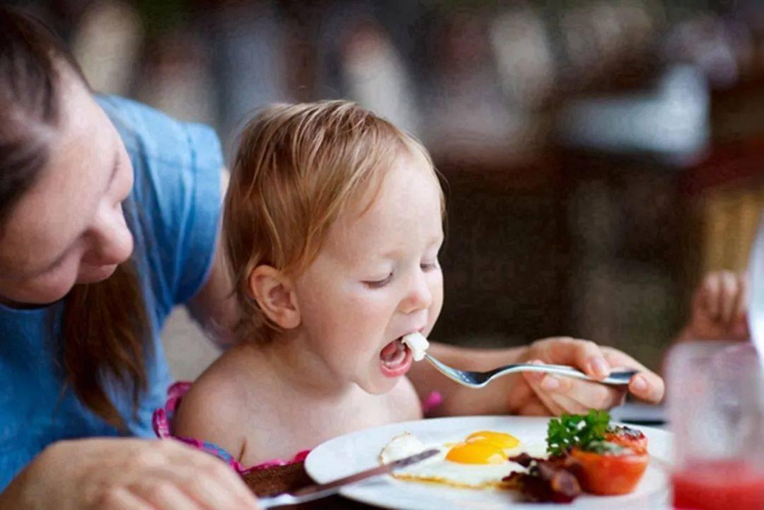 宝宝开启辅食生活,妈妈要牢记七种食物,不能随便添加到娃的碗中
