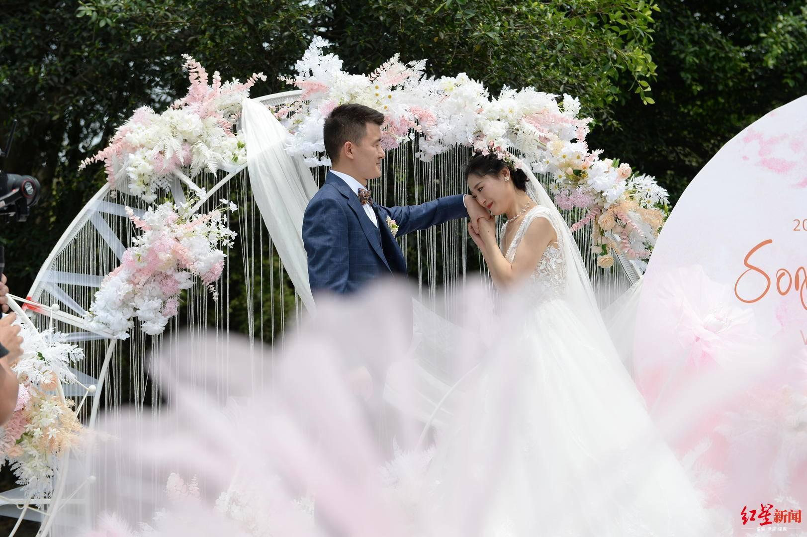 『婚礼』队友们列队送祝福,因驰援武汉推迟婚礼 今天他为妻子补上梦幻婚礼