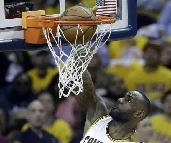 一組相片看詹姆斯的身體天賦誇張到了什麼地步? 上籃時拉都拉不住,籃球直接被灌到變形!-籃球圈
