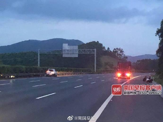 男子在广西高速上停车小便,刚下车车就被撞飞!