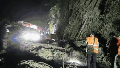 福建三明山体滑坡影响铁路线,500人连夜抢通