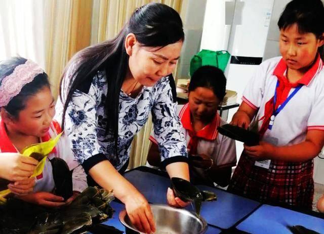 体验和传承传统民俗文化,枣庄东河岔小学学生包粽子迎端午